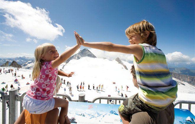 Ausblick auf den Gletscher mit der ganzen Familie