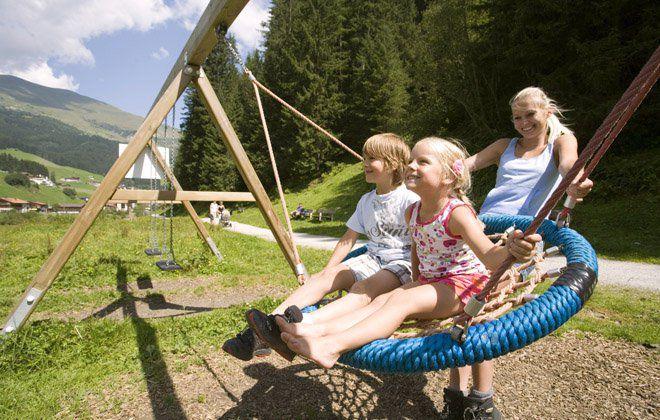 Unbeschwertes Kinderlachen beim Sommerurlaub im Zillertal