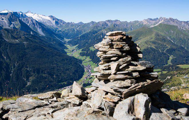 Steinmandl mit Blick Richtung Hintertuxer Gletscher